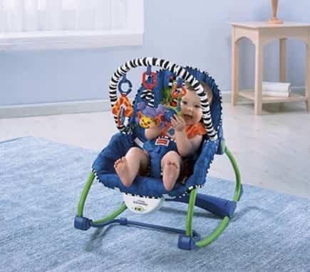 El bebé sentado en una hamaca