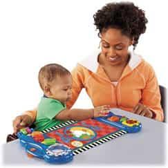 Bebé interactuando con un adulto