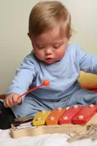 Niño tocando un xilófono de juguete