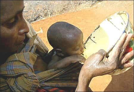 Bebé desfavorecido bebiendo agua