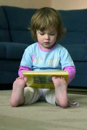 bebe-leyendo-un-libro.jpg