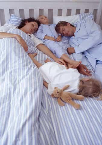 pareja-durmiendo-con-ninos.jpg