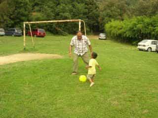 jugar al futbol