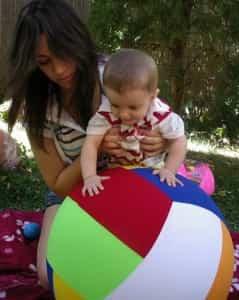 bebe jugando mama