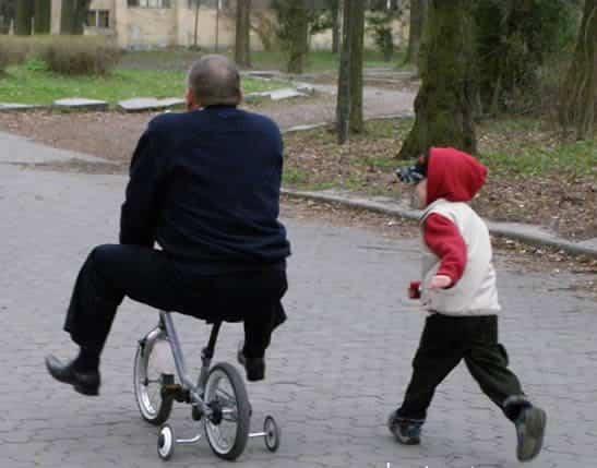 ensenando andar bicicleta