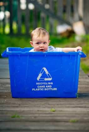 bebe-en-caja-de-reciclaje