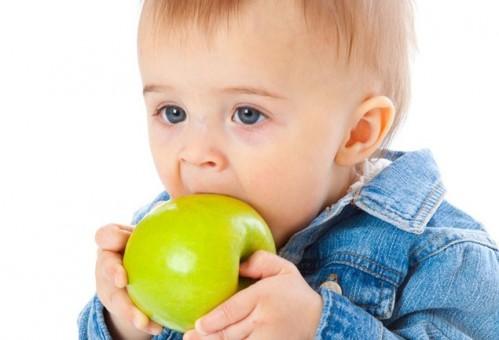 niño-comiendo-manzana