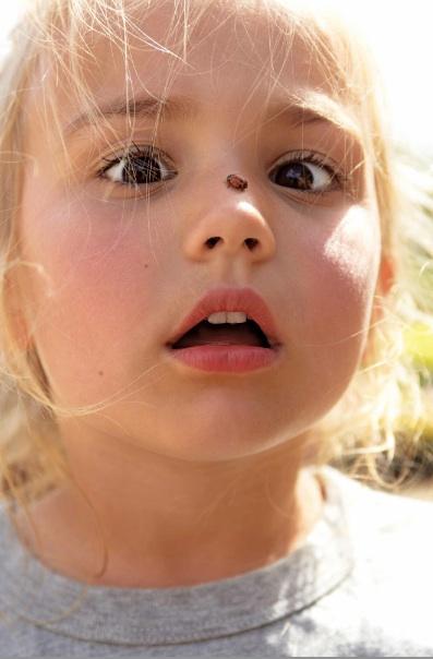 niña con insecto
