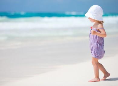 niña en la playa sin sandalias