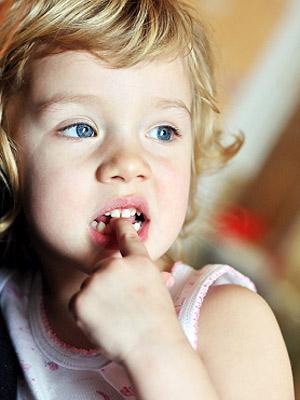 niño mordiendose las uñas