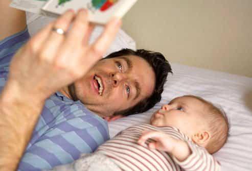 padre leyendo cuento