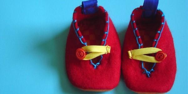 Patucos para bebés hechos en fieltro