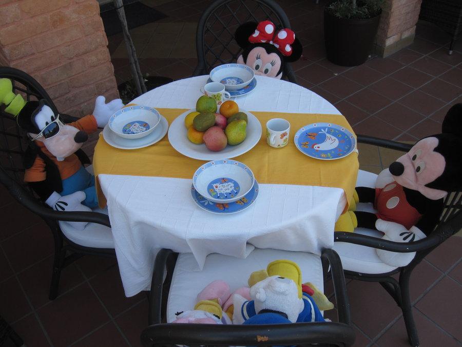 mesa decorada con personaje de dibujos animado