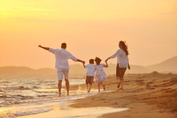familia feliz playa