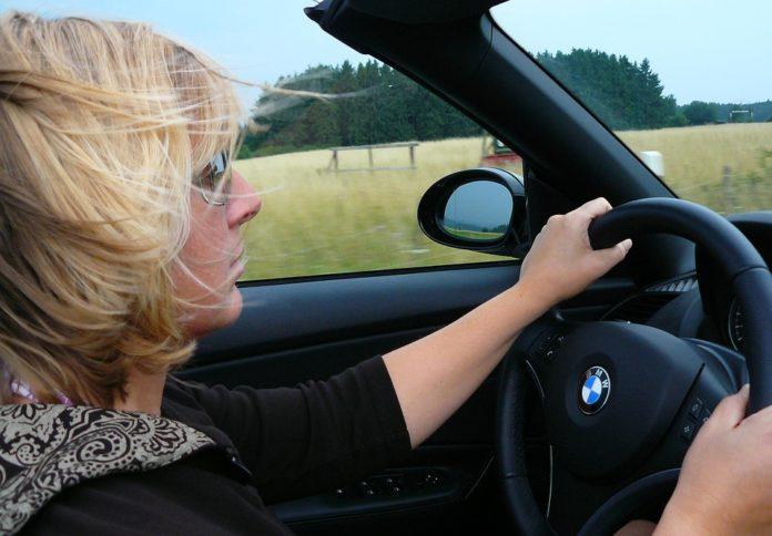 madre al volante