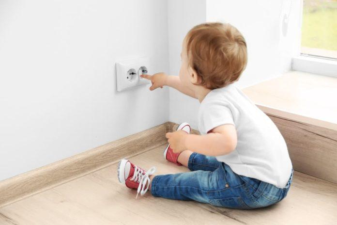 seguridad enchufes protegidos hogar infantil