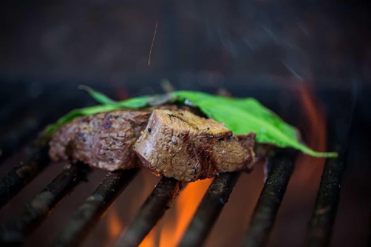 cocinar la carne al grill