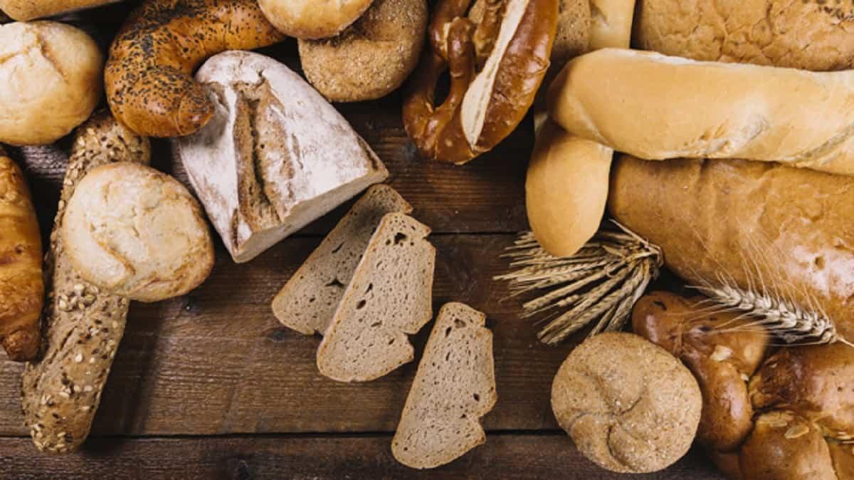 muchos panes recien horneados mesa madera 23 2147926666