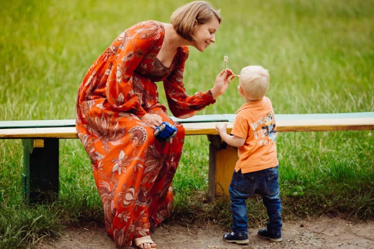 madre juega su pequeno hijo banco 8353 149