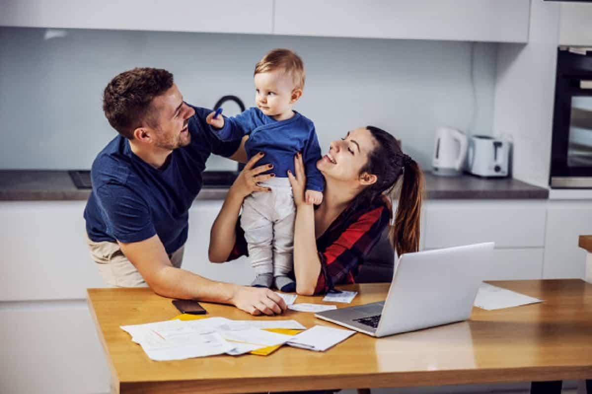 padres jovenes que pagan facturas casa linea ayuda su amado hijo unico interior casa 232070 7723