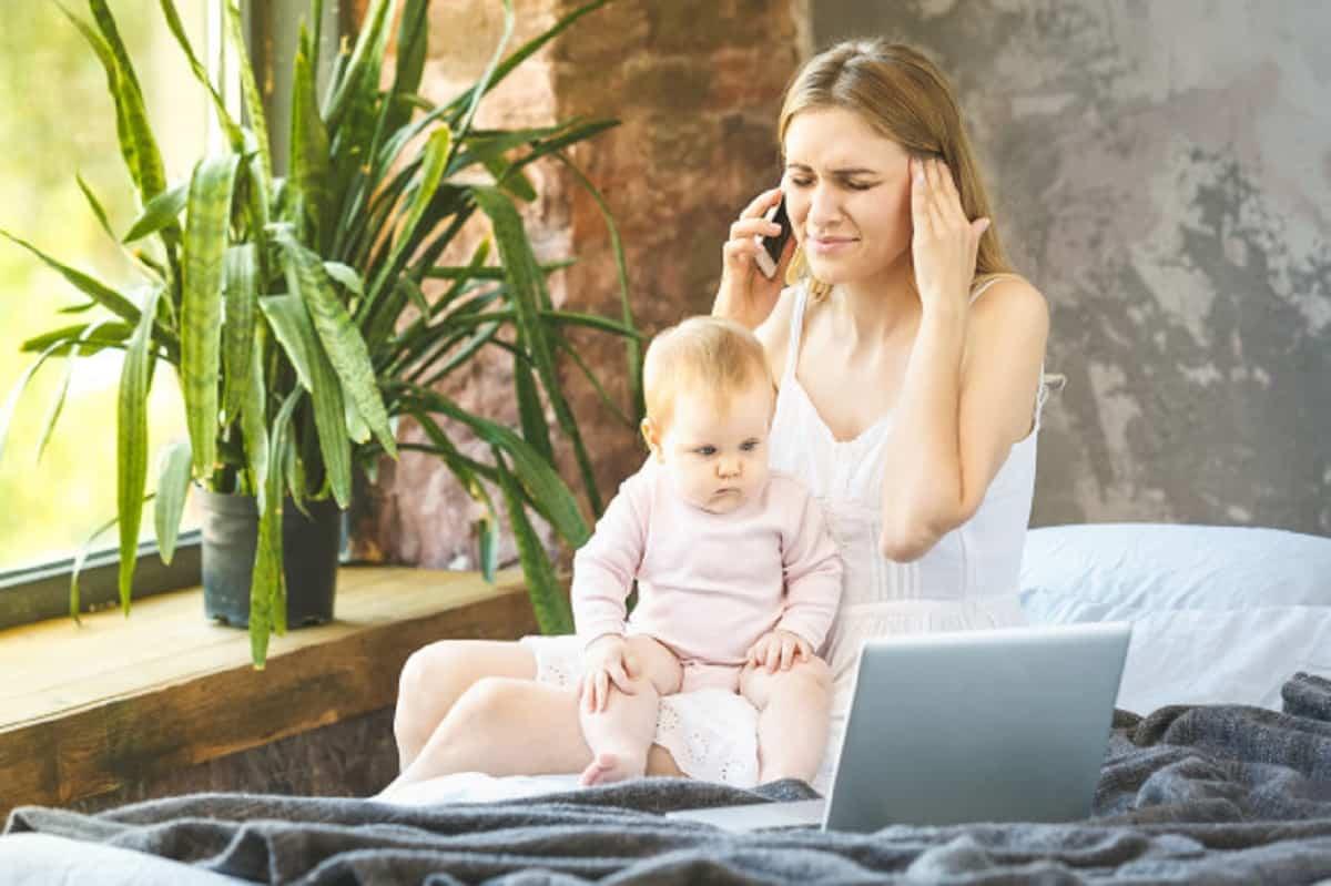 joven madre trabajando casa hablando telefono inteligente mientras pasa tiempo su bebe lanza libre trabajando casa estres 255757 2149