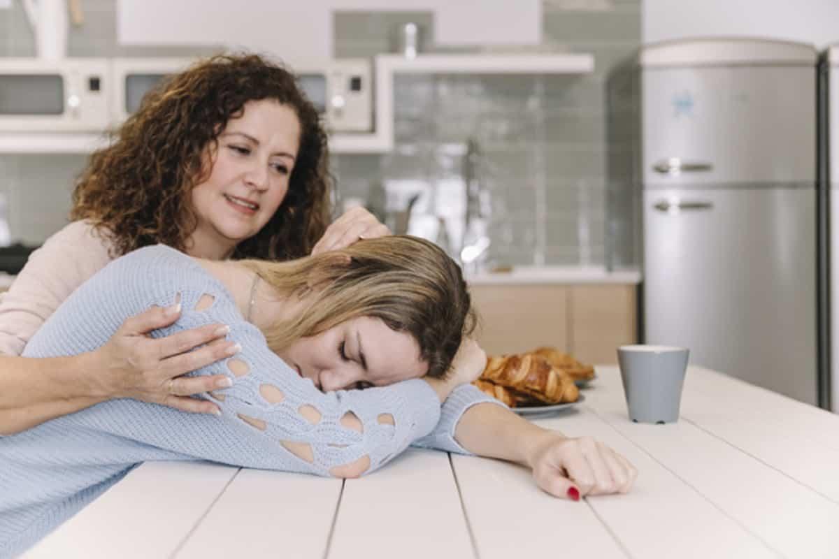 mama reconfortante hija cansada 23 2147788223
