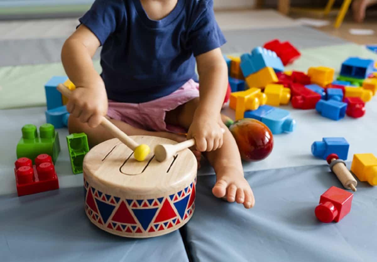 nino divirtiendose tocando tambor juguete madera 53876 82774