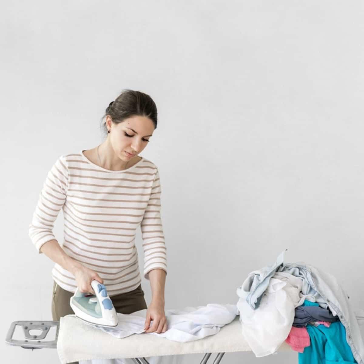 Planchar la ropita del bebé termina de quitar las bacterias