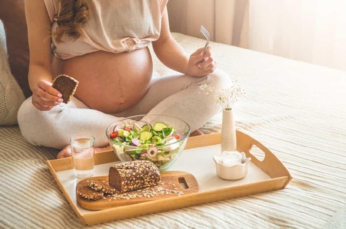 embarazo nutricion organica saludable mujer embarazada disfrutando ensalada verduras frescas cama espacio libre 176445 632