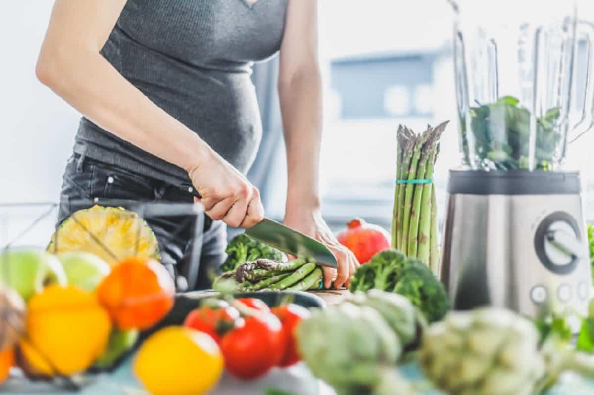 mujer embarazada cocinar comida sana 1220 4233