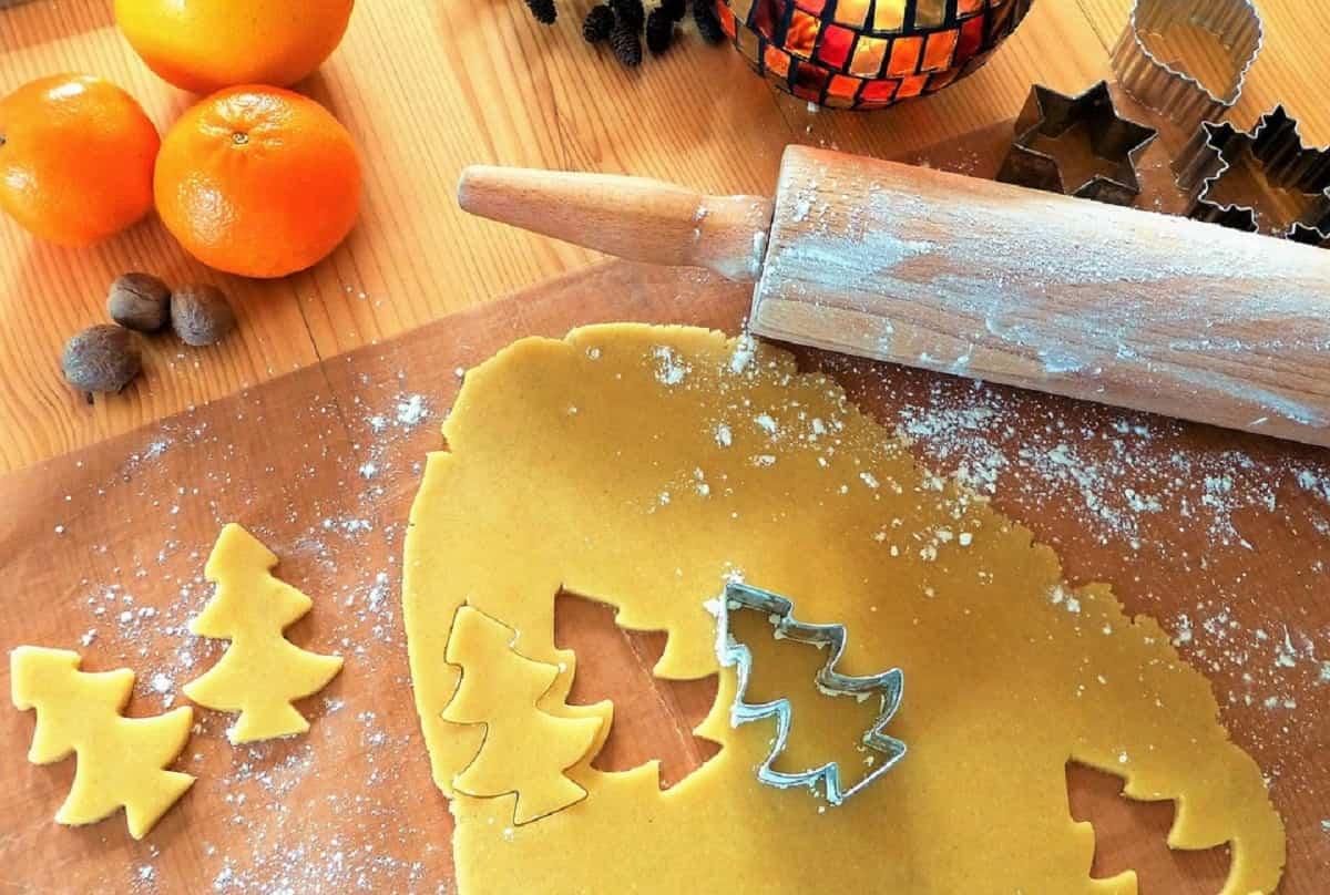 Cocinar, hornear galletas son actividades que a los niños les encantará participar.