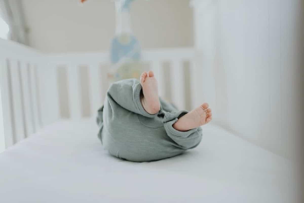 Revisar al bebé si cae da la cuna para evaluar las posibles. lesiones