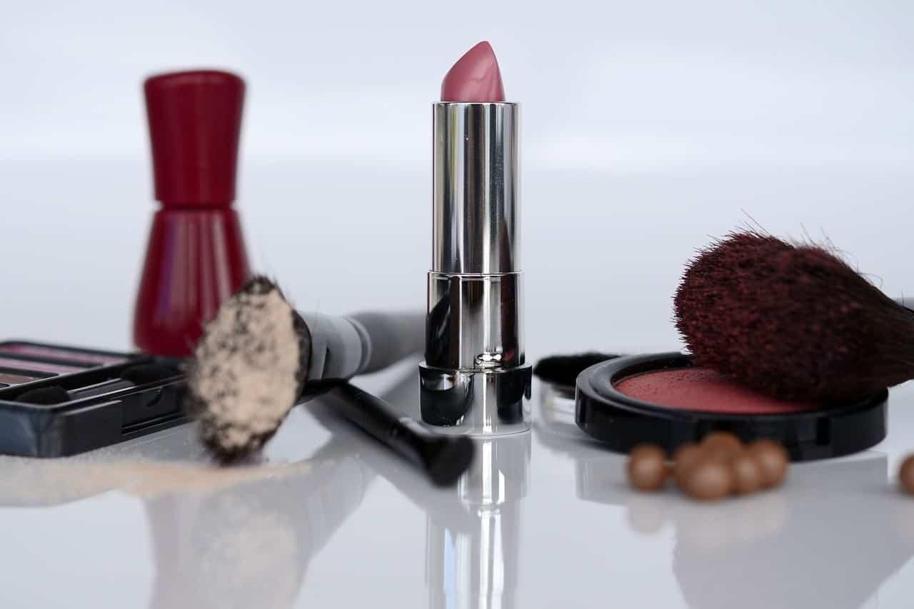 Muchos cosméticos debes evitar durante el embarazo, es importante lee la etiqueta.