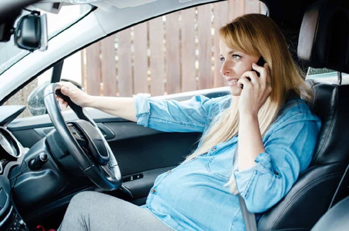 Debes apagar el móvil para conducir, si necesitas llamar te debes detener.