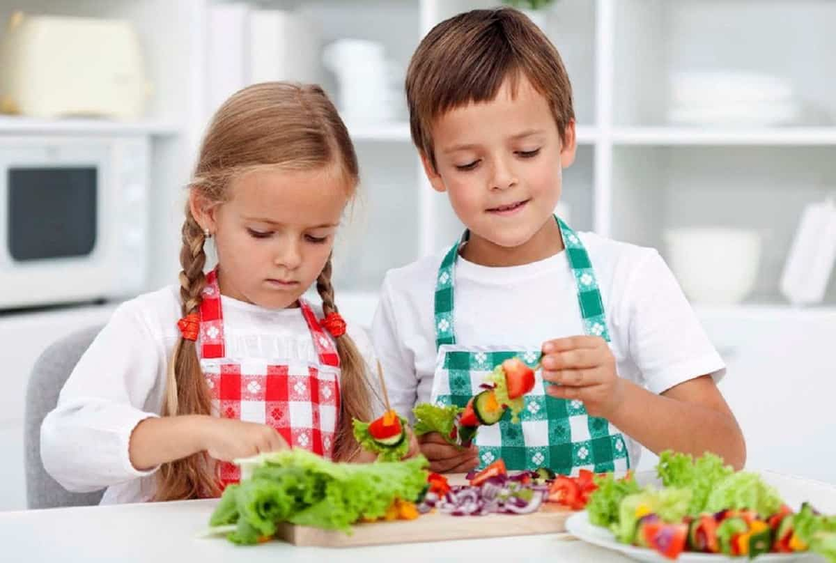 Nutrientes como frutas frescas y verduras son imprescindibles para el desarrollo de los niños.