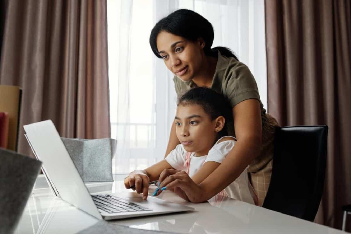 En las clases virtuales es fundamental la presencia de un adulto para ayudarlo y motivarlo.