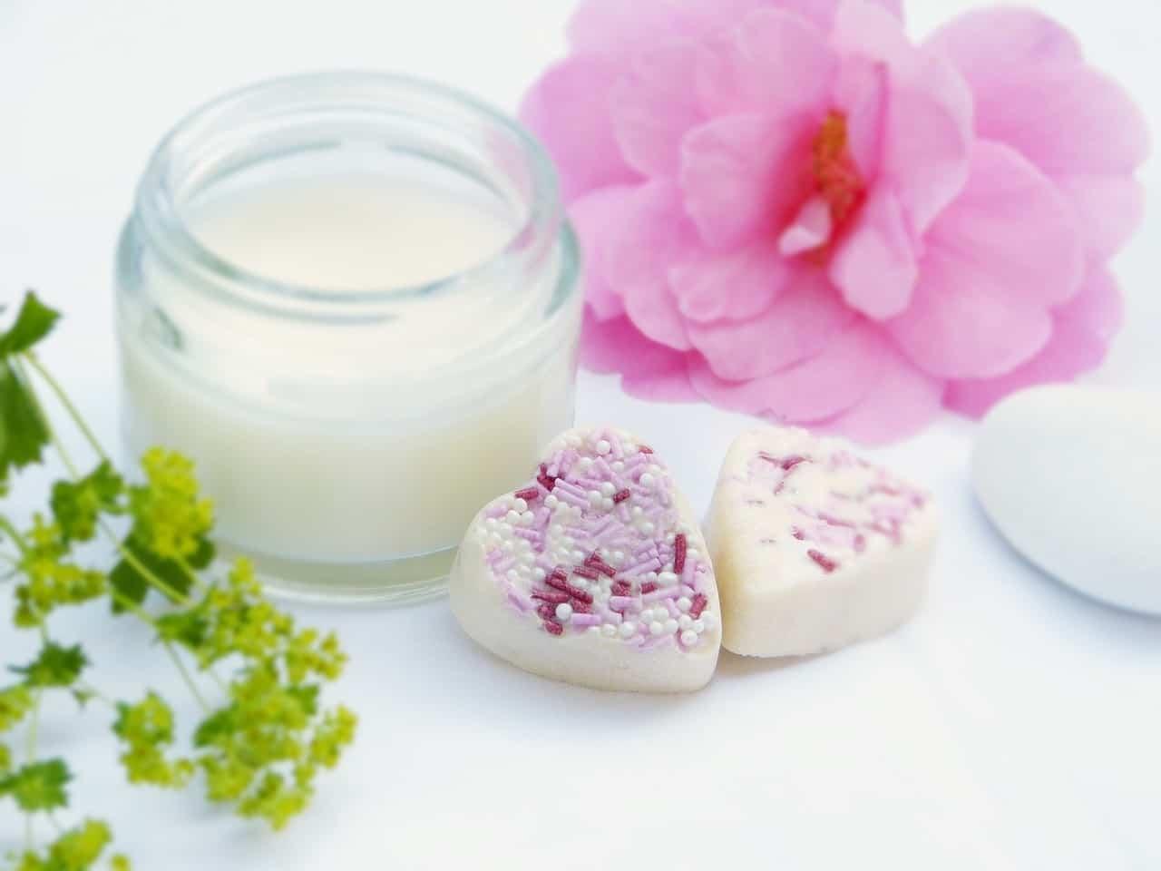 Aplicarte una crema hidratante natural, sin conservantes, es una buena opción y ayuda a reafirmar la piel del busto.
