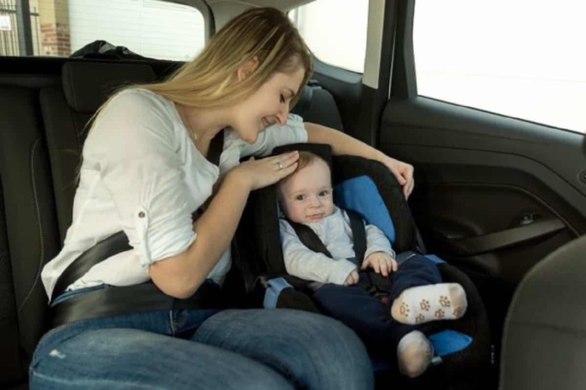 Para prevenir el síndrome del bebé olvidado es una muy buena opción obligarte a ir al  asiento trasero cada vez que salgas del vehículo.