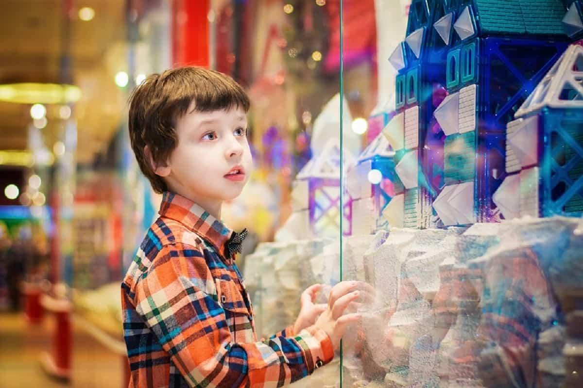 Vestirlo con colores llamativos es algo fundamental para evitar perder al niño en un lugar público.