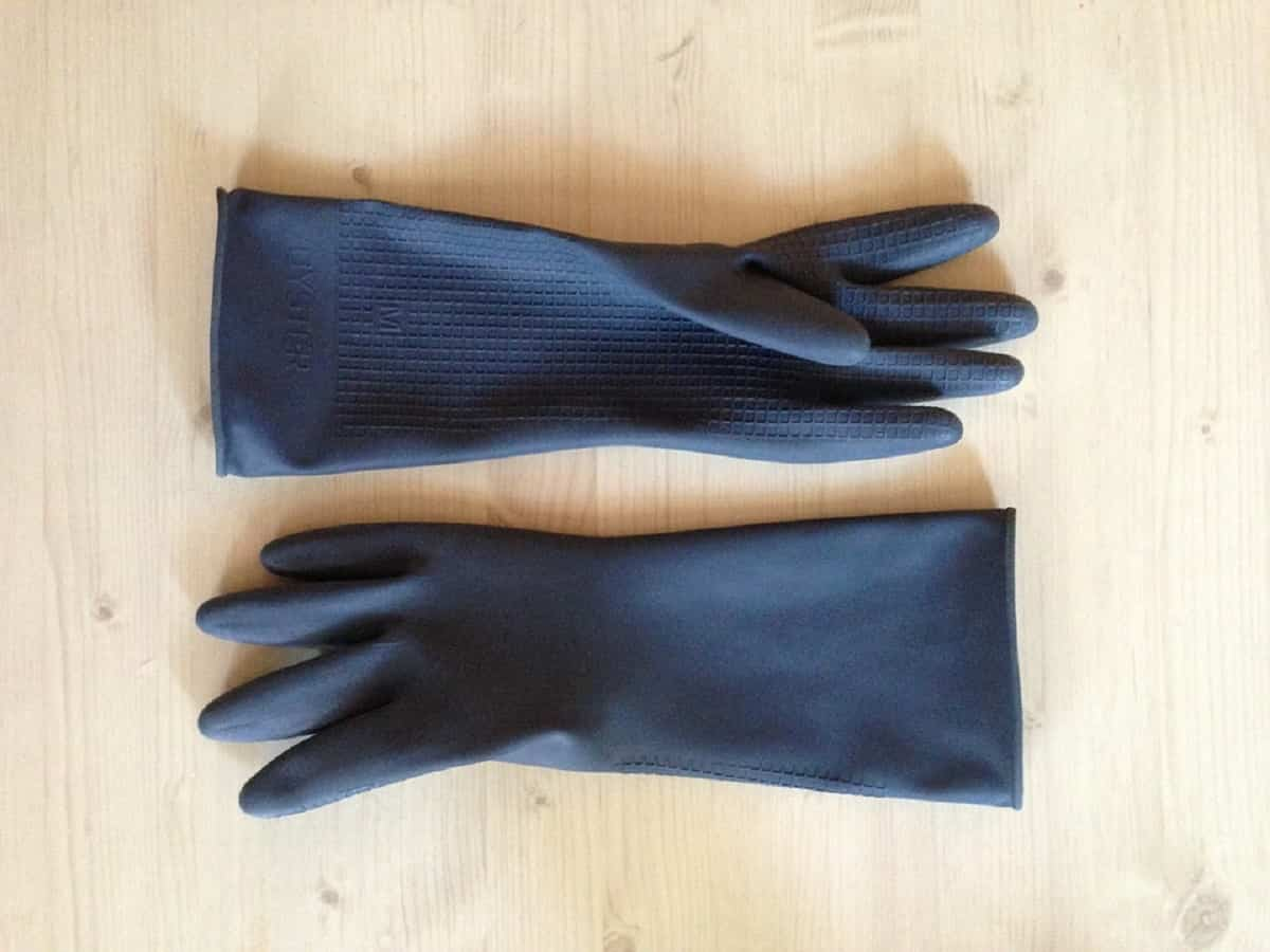 Utilizar guantes al hacer las tareas domésticas van a proteger tu piel de posibles afecciones y alergias ya que está muy sensible.