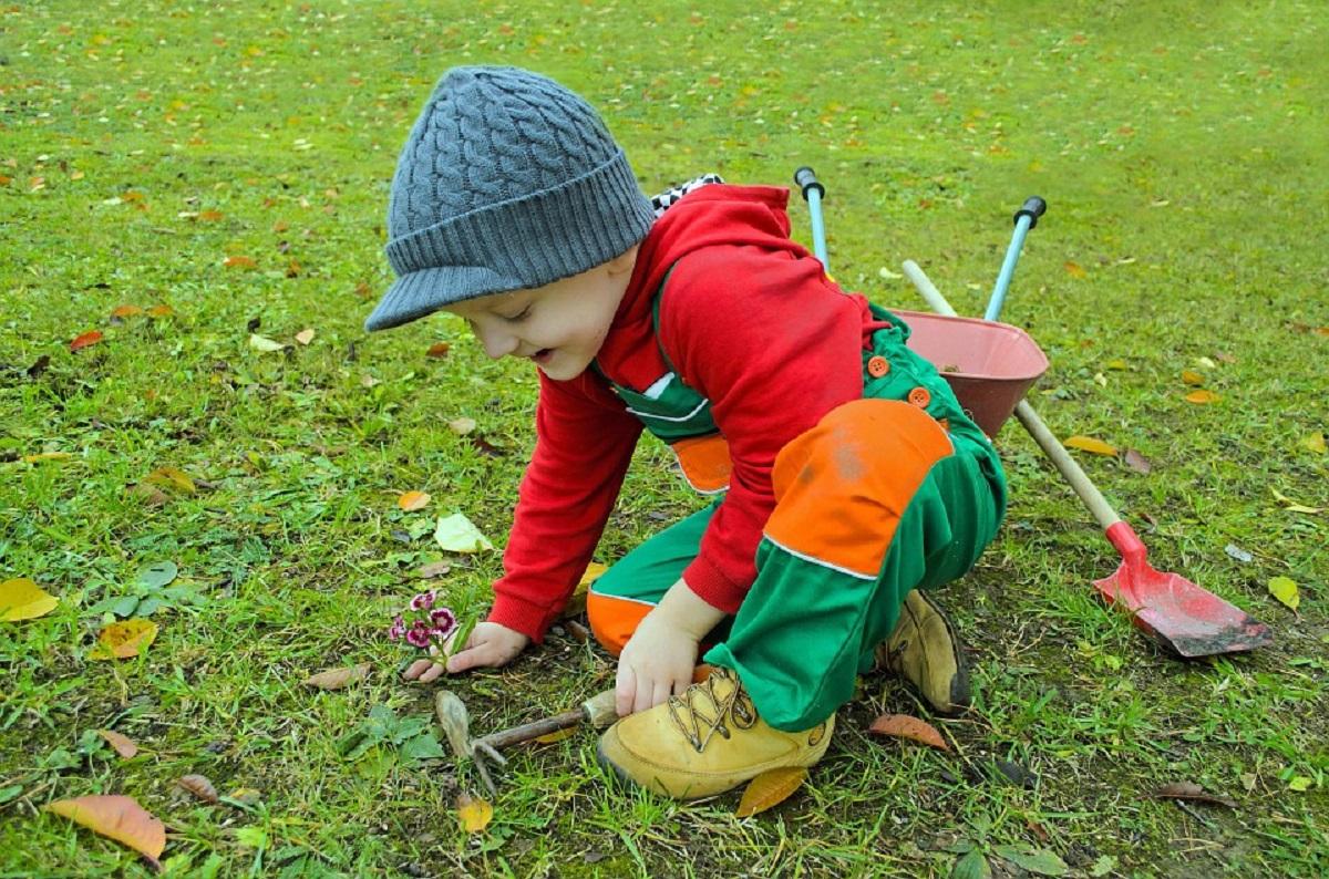 Uno de los beneficios más importantes de la jardinería es que los niños están en contacto con la tierra , las plantas, el sol, ideal para su desarrollo.